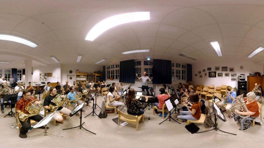 Ansicht per Maus wählen: 360-Grad-Aufnahme der Orchesterprobe der Stadtmusik Schramberg, Video: Fastnachtsmuseum Narrenschopf Bad Dürrheim
