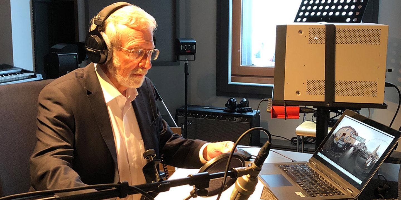 Prof. Dr. Werner Mezger beim Einsprechen von Erklärtexten © Fastnachtsmuseum Narrenschopf Bad Dürrheim