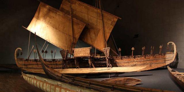 So kennt man es aus Dahlem: Das mehr als 15 Meter lange Luf-Boot ist das größte Objekt des Ethnologischen Museums und Teil der Ozeanien-Ausstellung im Humboldt Forums © SPK / Stefan Müchler