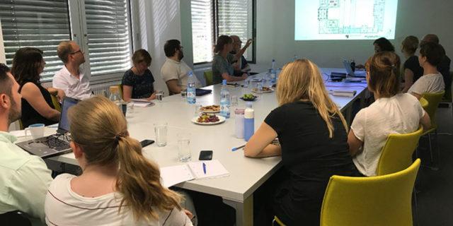 Rauchende Köpfe: Im Workshop diskutierten wir unsere Ideen für die ergänzende Mixed-Media-Inszenierung im Ausstellungsbereich Ozeanien © SPK / Silvia Faulstich