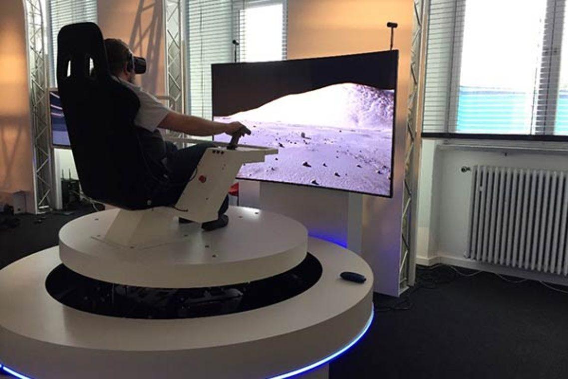 Mit dem Fahrsimulator kann man über die virtuelle Mondoberfläche fahren. © Deutsches Museum