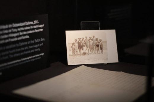 Familienfoto in der Ausstellung