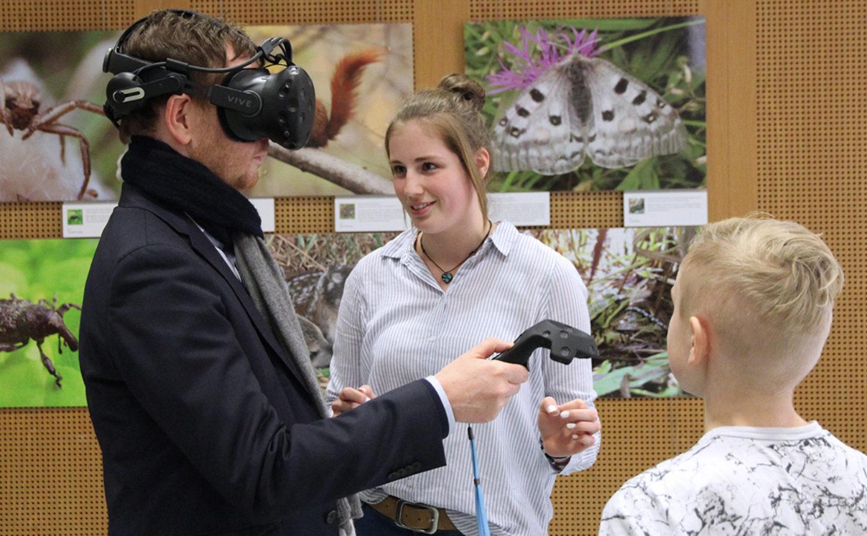Sächsischer Ministerpräsident testet neue Museumstechnik