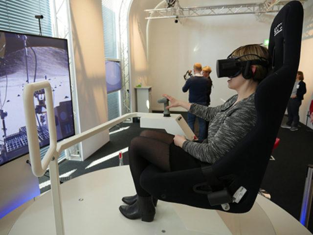Virtuelle Mondfahrt im Lunar-Rover-Simulator im VRlab des Deutschen Museums. Foto: Stiftung Preußischer Kulturbesitz / S. Faulstich (CC BY 4.0)