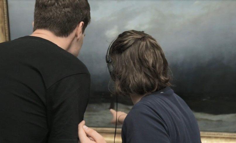 Besucher*innen testen eine Anwendung in der Alten Nationalgalerie