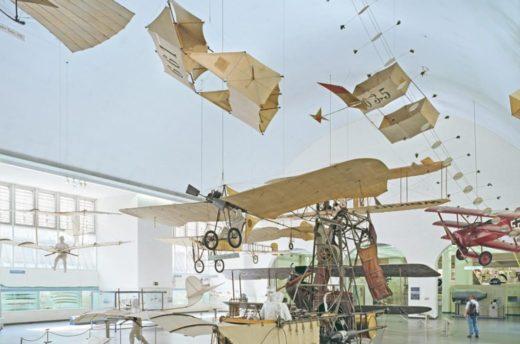 Historische Flugzeuge in der Luftfahrtausstellung des Museums