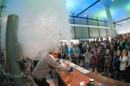 In einer Wissenschaftsshow präsentiert ein Mitarbeiter vor Zuschauern ausströmenden Stickstoff