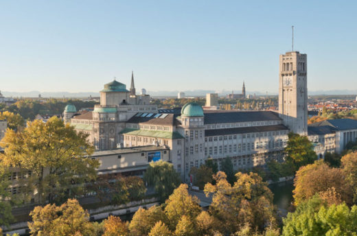 Außenansicht des Deutschen Museums auf der Münchner Museumsinsel