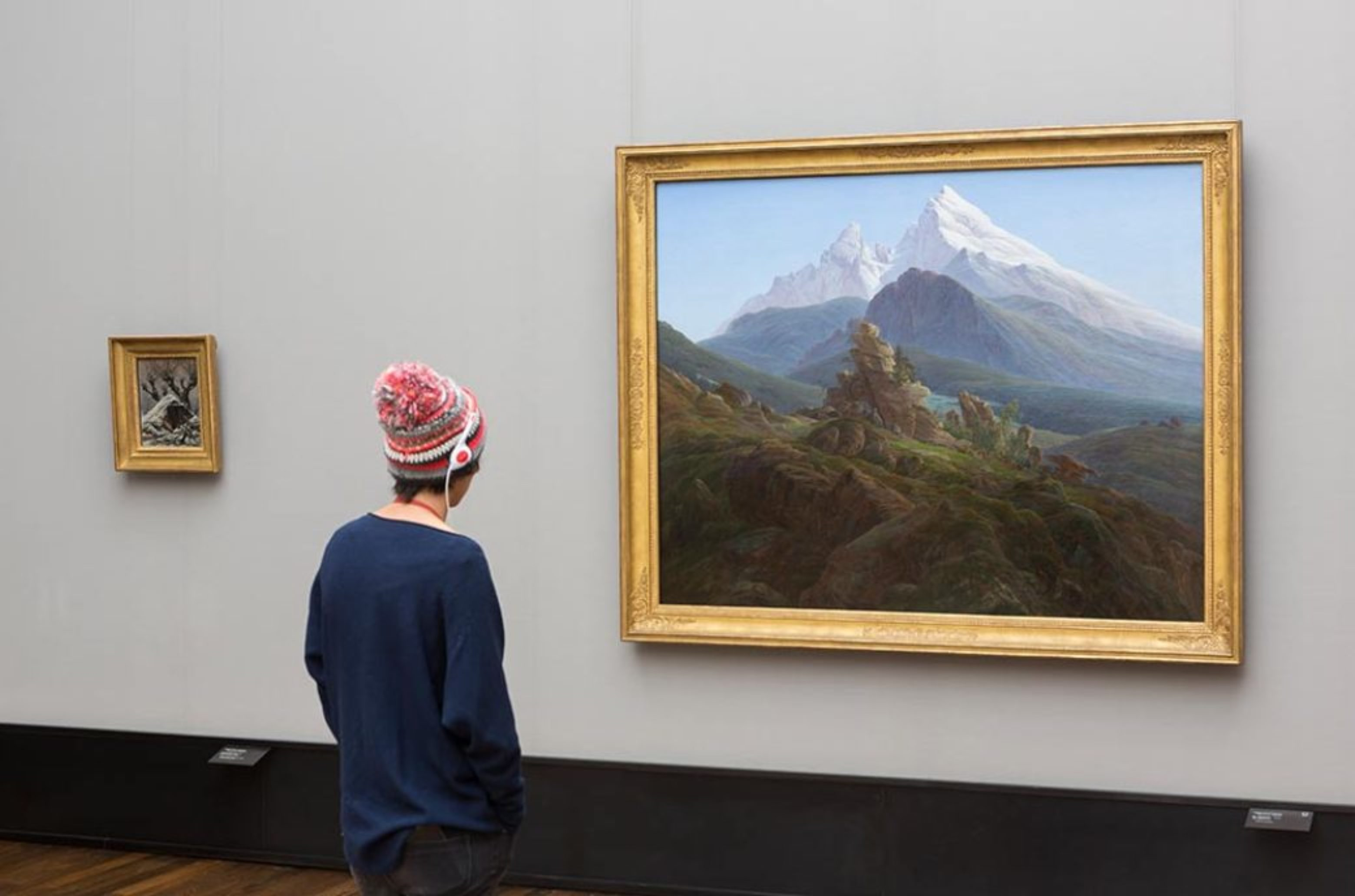 Young visitor in front of a painting by Caspar David Friedrich