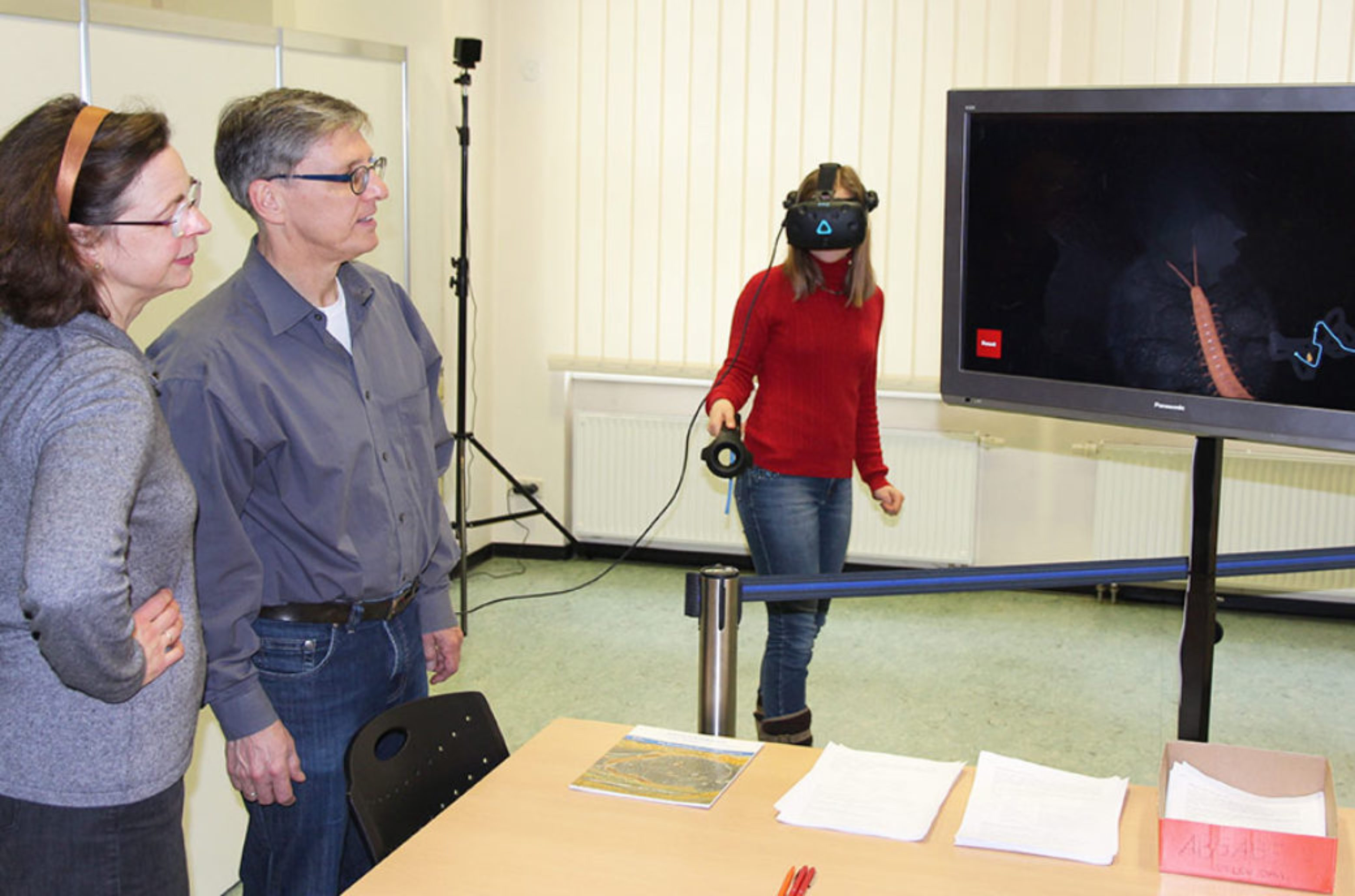 On a screen, visitors can observe what the wearer of the VR goggles is currently experiencing.