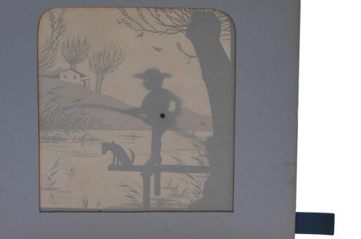 Vertikal aufgestellt fungiert die Buchseite als Papierbühne, durch die das Licht auf die Szene fällt. Durch Ziehen lassen sich Angel und Figur bewegen. Foto: SBB-PK
