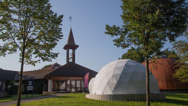 Die 8-Meter-Kuppel für die Projektion der 360-Grad-Filme passt sich dem kuppelförmigen Ambiente des Fastnachtsmuseums Narrenschopf an. Foto: U. Dittler/ Fastnachtsmuseum Narrenschopf, CC BY 4.0