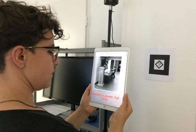 Eine Teilnehmerin des Workshops ruft über einen Marker und die Kameria ihres Tablets erste Testinhalte ab. Foto: K. Glinka