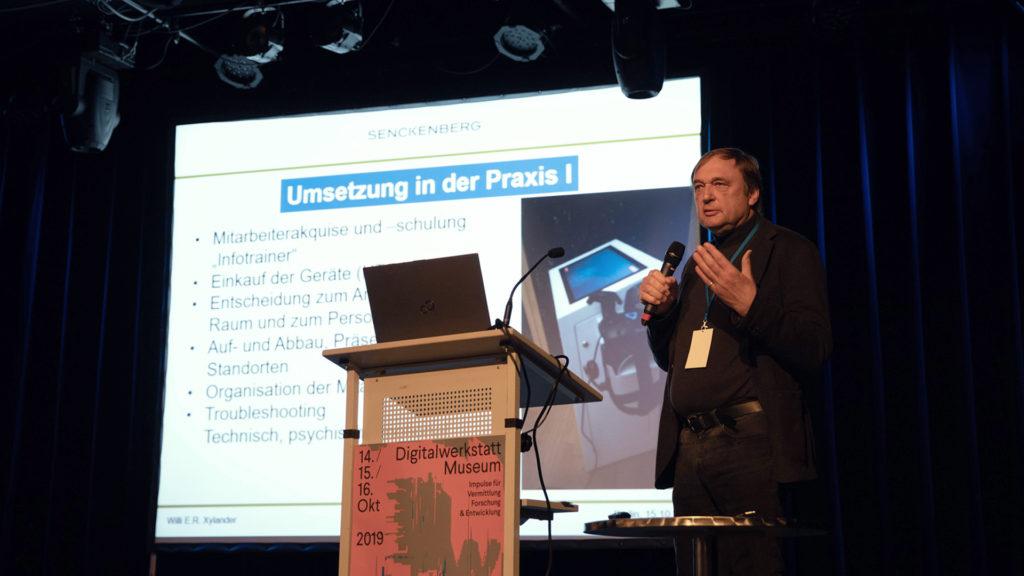 Prof. Dr. Willi Xylander stellt den Ideenfindungsprozess für die Anwendung 'Abenteuer Bodenleben' vor, Video: Stiftung Preußischer Kulturbesitz, CC BY 4.0 / Foto: Anke U. Neumeister, CC BY 4.0