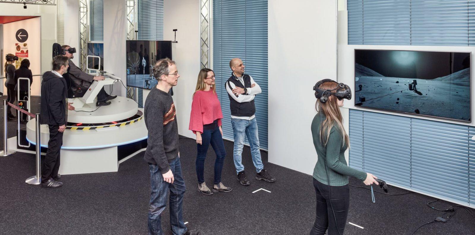 Das VRlab des Deutschen Museums mit seinen drei Flächen im Betrieb mit den BesucherInnen
