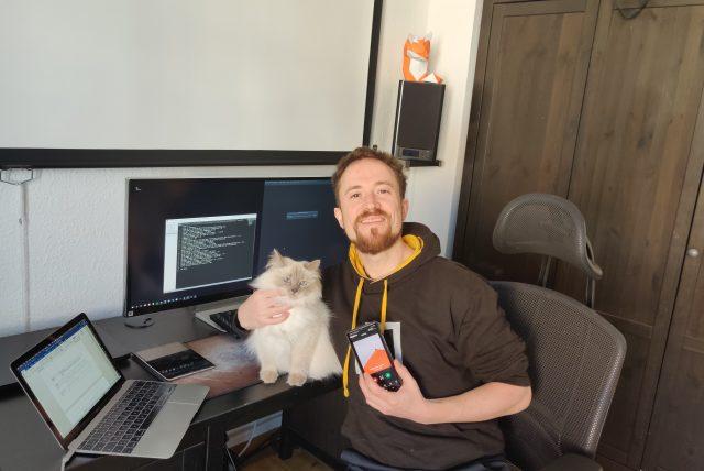 Im Home-Office mit Katze und Papier-Fuchs