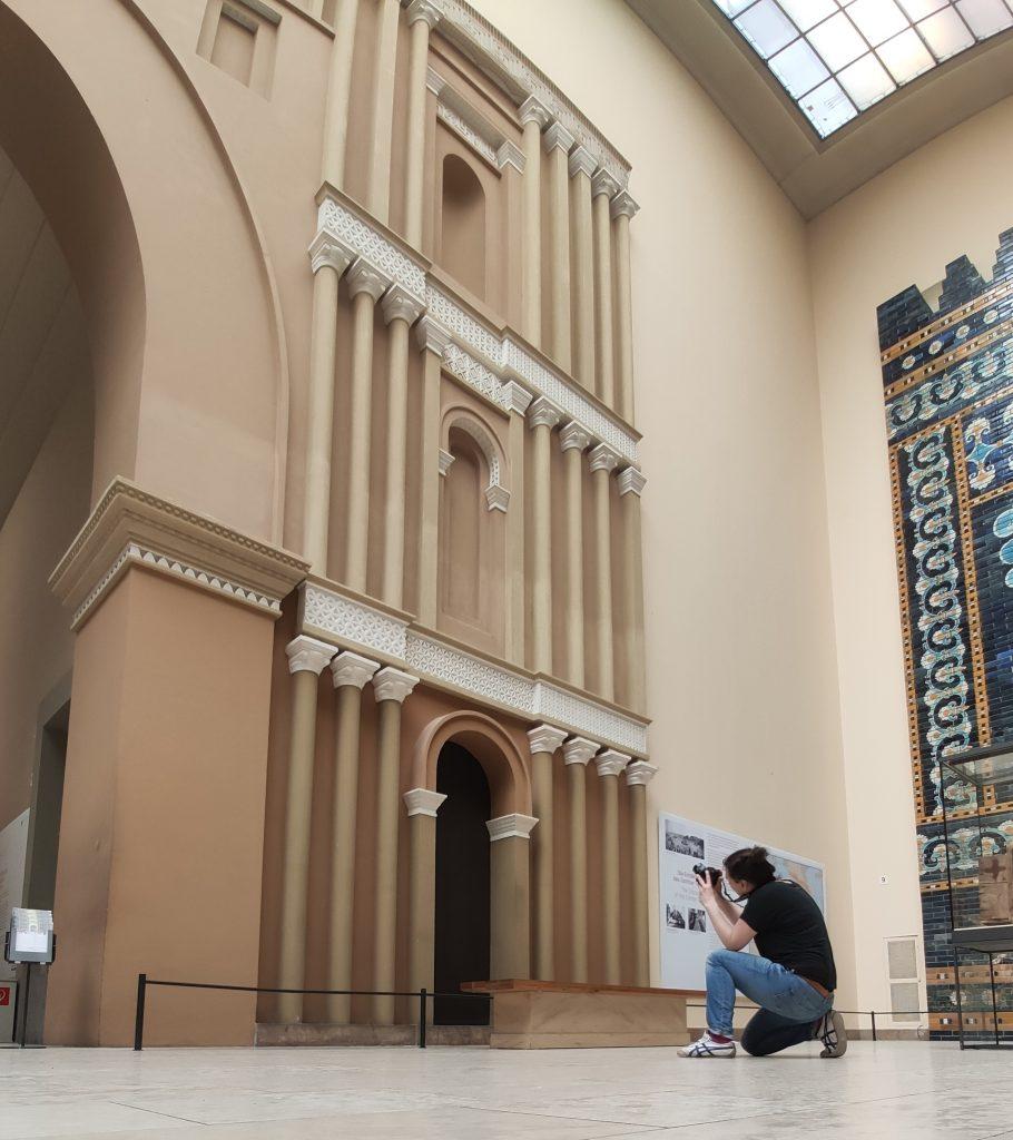 Aufnahme der Partherfassade für die 3D Berechnung – bei Tageslicht und im menschenleeren Museum