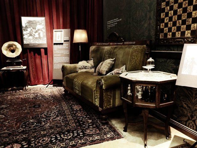 Ausstellungsraum, der einem bürgerlichen Wohnzimmer aus der Zeit des Ersten Weltkriegs nachempfunden ist