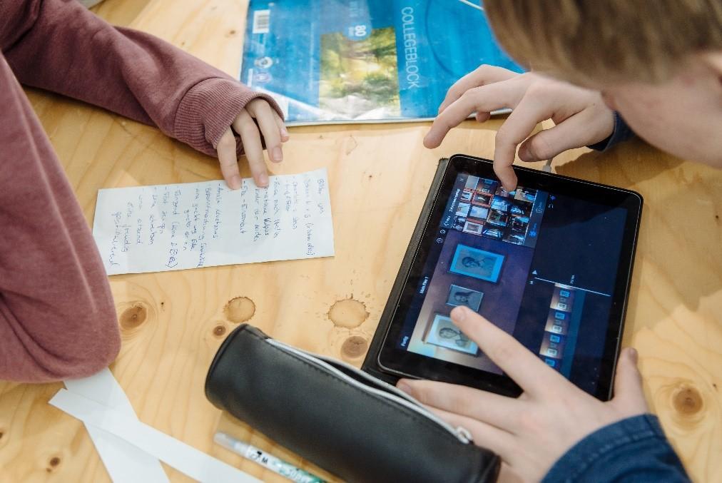 Jugendliche erstellen am Tablet einen Video-Beitrag für die Webplattform youpedia.de